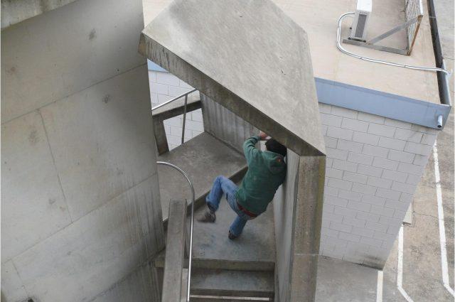 David Bestué - especialista tirandose por las escaleras de la fábrica Nestlé-Camy