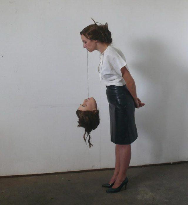 David Bestué - Mujer aguantando el peso de su cabeza por la boca