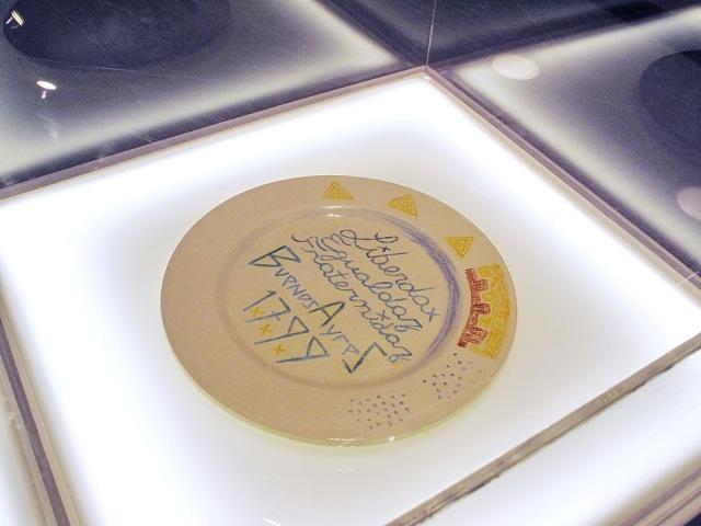 16-Lux Lindner-Hallazgo arqueologico del plato ceremonial utilizado en Ceremonias de Iniciacion de la Escuela de Dibujo de Buenos Aires, siglo XVIII. Cortesia SEGBA residual